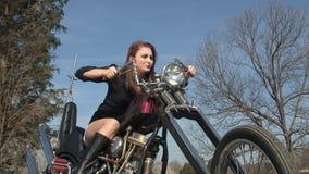 Jeune femme jouant sur la moto banque de vidéos