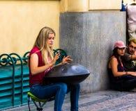 Jeune femme jouant sur un coup de première génération, Prague, République Tchèque image stock