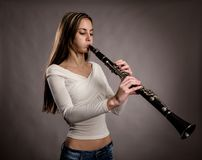 Jeune femme jouant une clarinette images libres de droits