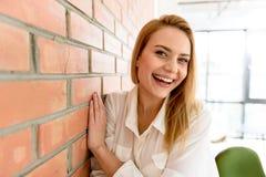Jeune femme joyeuse exprimant le bonheur images stock