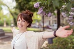 Jeune femme joyeuse heureuse célébrant le ressort Photos stock