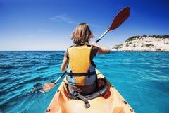 Jeune femme kayaking en mer Mode de vie et concept actifs de voyage photographie stock