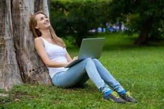 Jeune femme à l'aide de l'ordinateur portatif Image stock