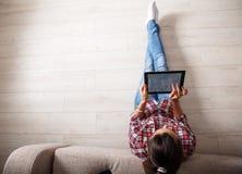 Jeune femme à l'aide de la tablette Photographie stock libre de droits