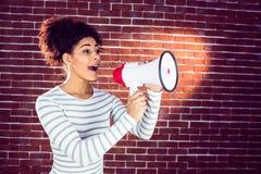Jeune femme à l'aide de son mégaphone dans la lumière Photographie stock