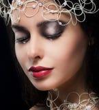 Jeune femme à la mode élégante avec des perles dans la rêverie Photo libre de droits