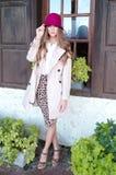 Jeune femme à la mode par l'hublot Image stock