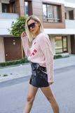Jeune femme ? la mode posant sur la rue image stock