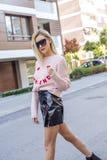 Jeune femme ? la mode posant sur la rue images libres de droits
