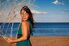 Jeune femme à la plage Photographie stock
