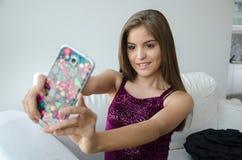 Jeune femme latine prenant un selfie photos stock