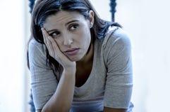 Jeune femme latine triste et désespérée reposant à la maison le regard de balcon photos stock