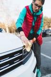 Jeune femme lavant son véhicule photo stock