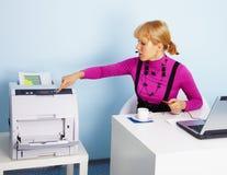 Jeune femme - le secrétaire imprime un document image stock