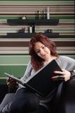 Jeune femme lisant un livre Photos stock