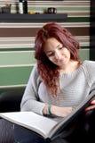 Jeune femme lisant un livre Images libres de droits