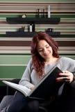 Jeune femme lisant un livre Photographie stock