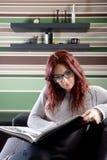 Jeune femme lisant un livre Photo stock