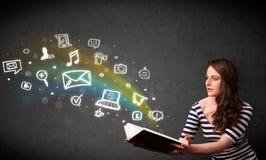 Jeune femme lisant un livre avec des icônes de multimédia sortant de t Images stock