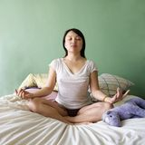 Jeune femme méditant. photos stock