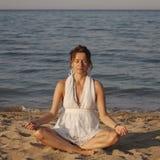 Jeune femme méditant image stock