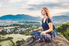 Jeune femme méditant au-dessus du paysage de ville antique sur l'espace de copie de lever de soleil Photo stock