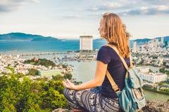 Jeune femme méditant au-dessus du paysage de ville antique sur l'espace de copie de lever de soleil Images libres de droits