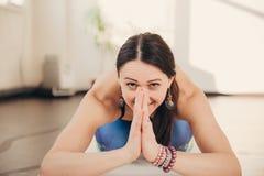 Jeune femme méditant et faisant l'exercice de yoga au studio photographie stock