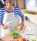 Jeune femme mélangeant la salade fraîche Image libre de droits