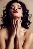 Jeune femme magnifique avec le maquillage de cheveux foncés et de soirée image stock