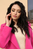 Jeune femme magnifique avec les cheveux foncés dans des vêtements élégants o de marche photo libre de droits