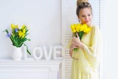 Jeune femme magnifique avec les tulipes jaunes Photo libre de droits