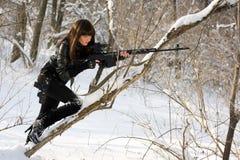 Jeune femme magnifique avec un fusil photos libres de droits