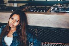 Jeune femme magnifique dans des blues-jean refroidissant dans un club images libres de droits