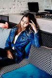 Jeune femme magnifique dans des blues-jean refroidissant dans un club photographie stock