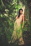 Jeune femme magnifique dans la longue robe de soirée Image stock