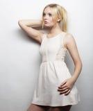 Jeune femme magnifique dans la robe blanche Image libre de droits