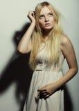 Jeune femme magnifique dans la robe blanche Photographie stock libre de droits