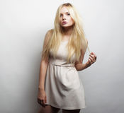 Jeune femme magnifique dans la robe blanche Photographie stock