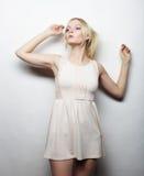 Jeune femme magnifique dans la robe blanche Photos libres de droits