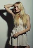 Jeune femme magnifique dans la robe blanche images stock
