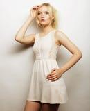 Jeune femme magnifique dans la robe blanche image stock