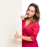 Jeune femme magnifique de brunette affichant des pouces vers le haut. Photo libre de droits