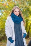 Jeune femme magnifique de mode d'automne photos libres de droits