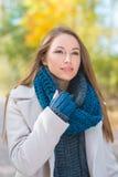 Jeune femme magnifique de mode d'automne Photographie stock libre de droits