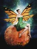 Jeune femme magnifique en tant que fée de potiron de veille de la toussaint illustration libre de droits