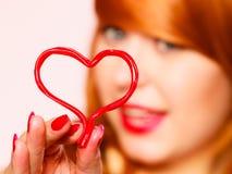 Jeune femme magnifique tenant le coeur de sucrerie Photos stock