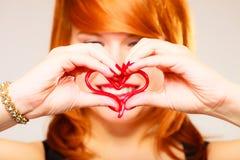 Jeune femme magnifique tenant le coeur de sucrerie Images stock