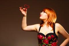 Jeune femme magnifique tenant le coeur de sucrerie Image stock