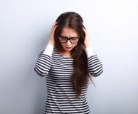 Jeune femme malheureuse d'affaires avec le mal de tête tenant la tête la main Image libre de droits